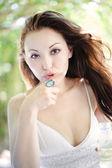 Attraente punto donna asiatica con dito — Foto Stock