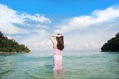 Donna affacciata al mare — Foto Stock