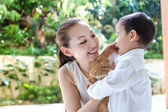 Asian mother with son and cat — Stock Photo