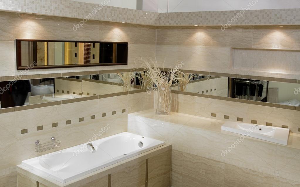 Elegante e moderno bagno con vasca doccia, lavandino e wc — foto ...