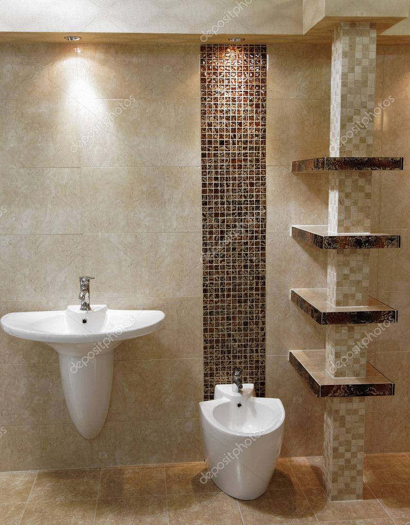 Elegante bagno moderno con lavandino e wc foto stock for Lavandino bagno moderno