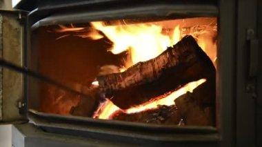 Holz feuer schüren — Stockvideo