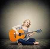 Mujer con guitarra — Foto de Stock
