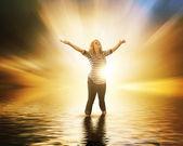 Gün batımında ellerini kaldırarak kadın — Stok fotoğraf