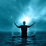 człowiek w wodzie — Zdjęcie stockowe