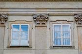 Gammal stenmur med windows — Stockfoto