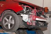 Herstellen van de verwoeste auto — Stockfoto