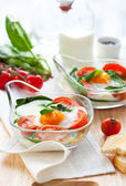 Baked egg with tomatoes and spinach — Stockfoto