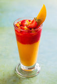 Koktajl z mango i truskawki — Zdjęcie stockowe