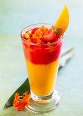 Mango and strawberry smoothie — 图库照片