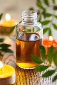 Olio essenziale, candele e fiori — Foto Stock