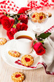 Tea cup with cookies for Valentine's day — Zdjęcie stockowe