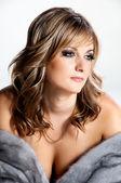 Piękna kobieta w luksusowe futra. — Zdjęcie stockowe