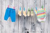 Babykläder hänger på klädstreck. — Stockfoto
