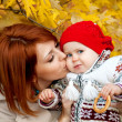 Beautiful mother hugging and kissing his little daughter — Stock Photo