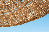 Bakgrunden rotting parasoll av korgvide — Stockfoto