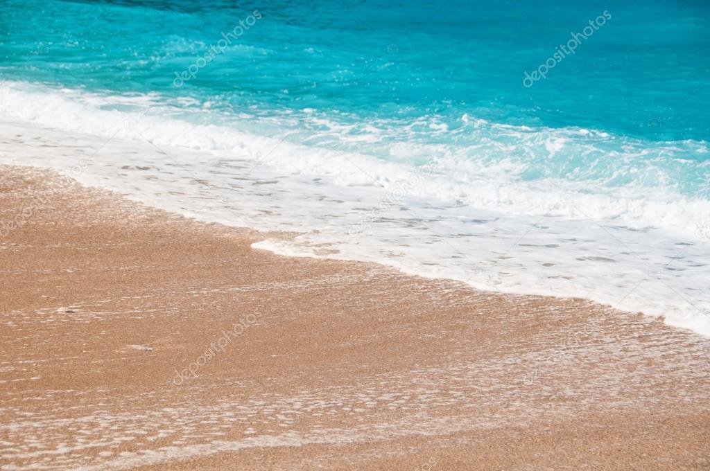 Playa de la costa las olas y arena foto de stock for Arena de playa precio