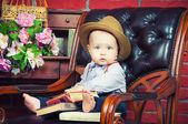 Małego szefa. pan dziecko siedzi w skórzanym fotelu w kapeluszu — Zdjęcie stockowe