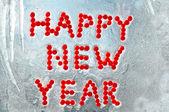 快乐新的一年写的冰冻窗口中的莓果 — 图库照片