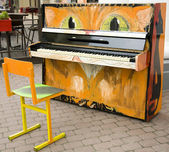 Funny old piano cat in the street — Stock fotografie