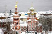 Kościół stroganowa w listopadzie pierwszy śnieg w niżnym nowogrodzie — Zdjęcie stockowe
