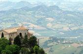 San marino med spektakulär utsikt över den omgivande landsbygden — Stockfoto