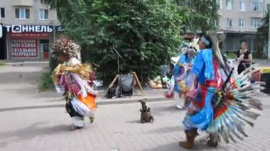 Native American Indian music and dance at Bolshaya Pokrovskaya street in Nizhny Novgorod Russia — Vidéo