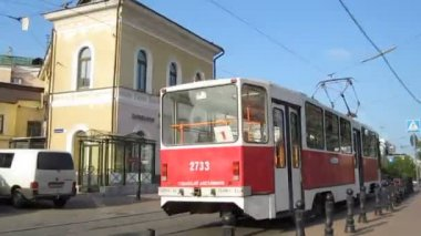 Evening tram acrossing Bolshaya Pokrovskaya street in the center of Nizhny Novgorod Russia — Stock Video