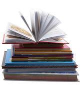 Куча старых книг на белом фоне — Стоковое фото
