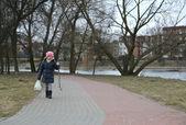 Jovem menina andando no cenário outono. — Foto Stock