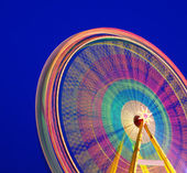 Carrossel. roda gigante sobre um fundo azul. longo tempo de exposição. — Foto Stock