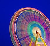 Karussell. riesenrad auf blauem grund. langzeitbelichtung. — Stockfoto