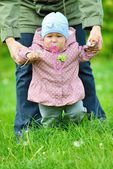 Baby learns to walk — Stock Photo
