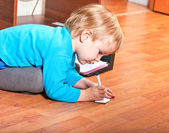 Little boy drawing on a sheet of paper — Stock Photo