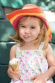 Schattig klein meisje haar ijs eten — Stockfoto