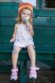 Cute little girl eating an ice cream — Stock Photo
