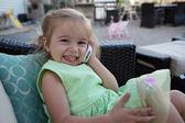 Niña linda en el teléfono — Foto de Stock