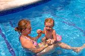 Moeder en dochter in het zwembad — Stockfoto