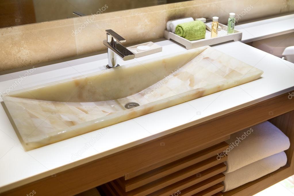 Baños Modernos Lavamanos:Modernos lavamanos mármol en un hotel — Foto de stock © oocoskun