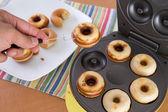 Mini donuts backen — Stockfoto