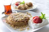 デザートやトルコのお茶とバクラヴァ — ストック写真