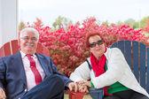 Szczęśliwy i romantyczna para starszy patrząc na ciebie — Zdjęcie stockowe