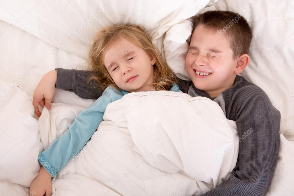 Zwei süße kleine Kinder schlafen im Bett — Stockfoto © oocoskun ...