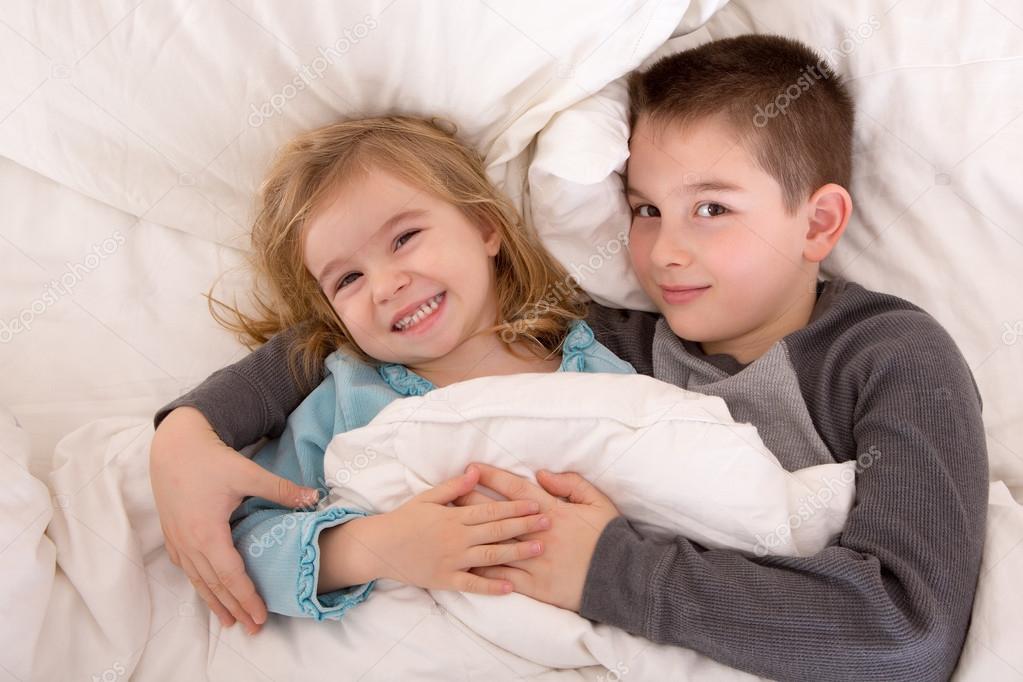 брат с сестрой лежат в постели