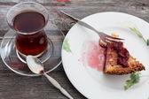 Slice of delicious cheesecake with Turkish tea — Stock Photo