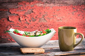 Rustic lunch of spinach salad, tea and bread — Stock fotografie