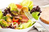 Наслаждаясь здоровой вегетарианской едой — Стоковое фото