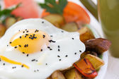 Wholesome meal of fried egg and vegetables — Stock Photo