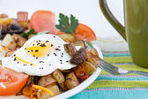 Tasty meal of a farm fresh fried egg and veggies — Stock Photo