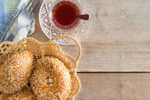 Turkish tea and sesame bagels — Stock Photo